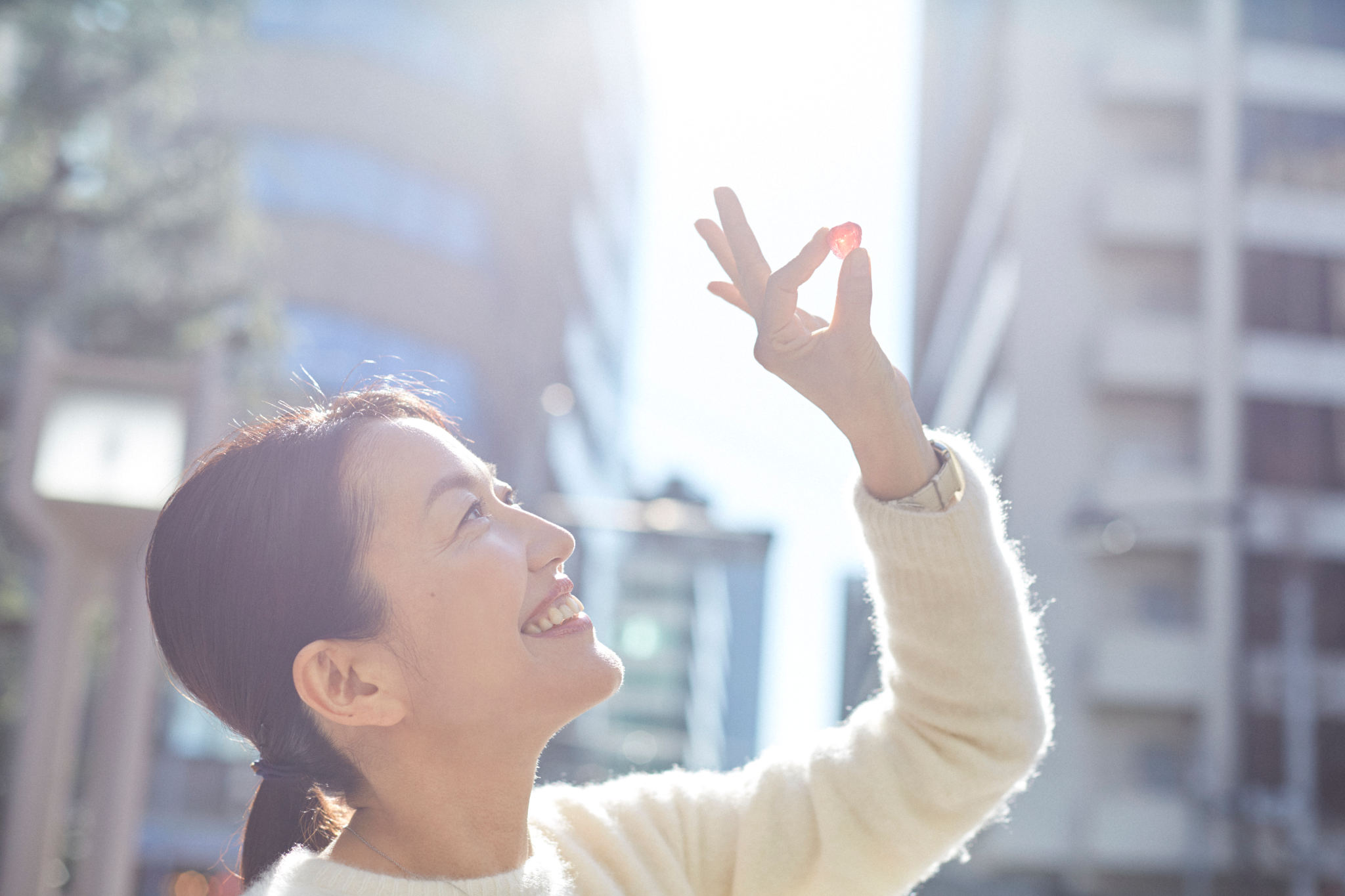 隕石飴を手に持つ羽田美智子
